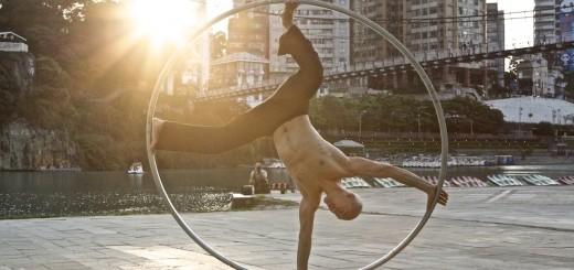 【ストリート】もはや芸術的!一つのリングを自在に操る男のパフォーマンス