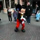 【ダンス】子どもとのダンスバトルに応じるミッキーのブレイクダンスがキレッキレの貫禄!!