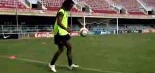 【サッカー】これぞ神業!ロナウジーニョがボールをクロスバーに当て続けるボール捌きが凄すぎる!!