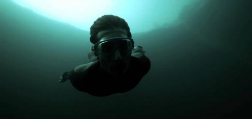 【ダイビング】人間ってすげぇ・・・。深さ202m真っ暗闇のブルーホールに素潜りする映像がスゴ過ぎ!